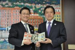 「夏目漱石生誕150周年貨幣セット」を造幣局が新宿区へ贈呈 ...